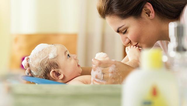 baby bathtime parents