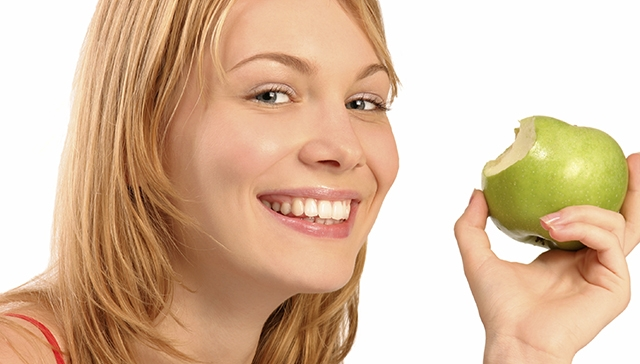 eating-apple-healthy-mouth