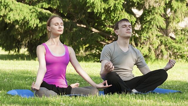 mediatation-couple-outside